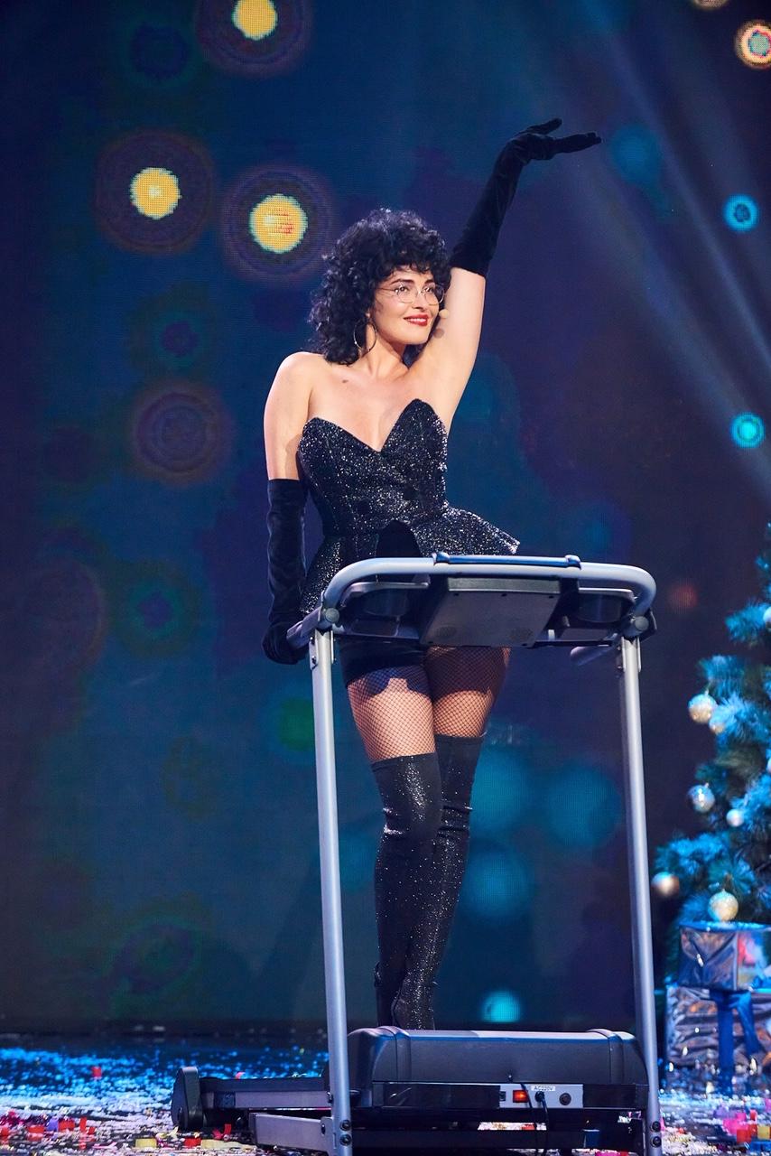 Видео дня: Даша Астафьева засветила грудь на съемках новогоднего шоу