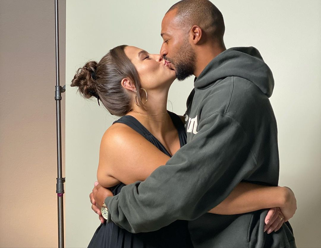 Горячая пара: Эшли Грэм довольна редкими фотографиями дома с любимым мужем
