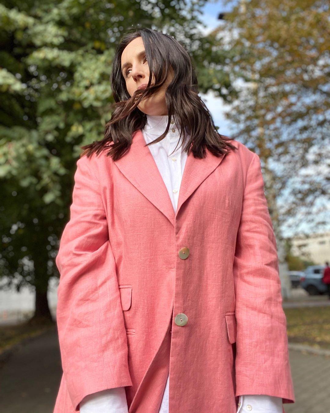 Осень в розовом цвете: Джамала покорила стильным образом и нежностью с мужем