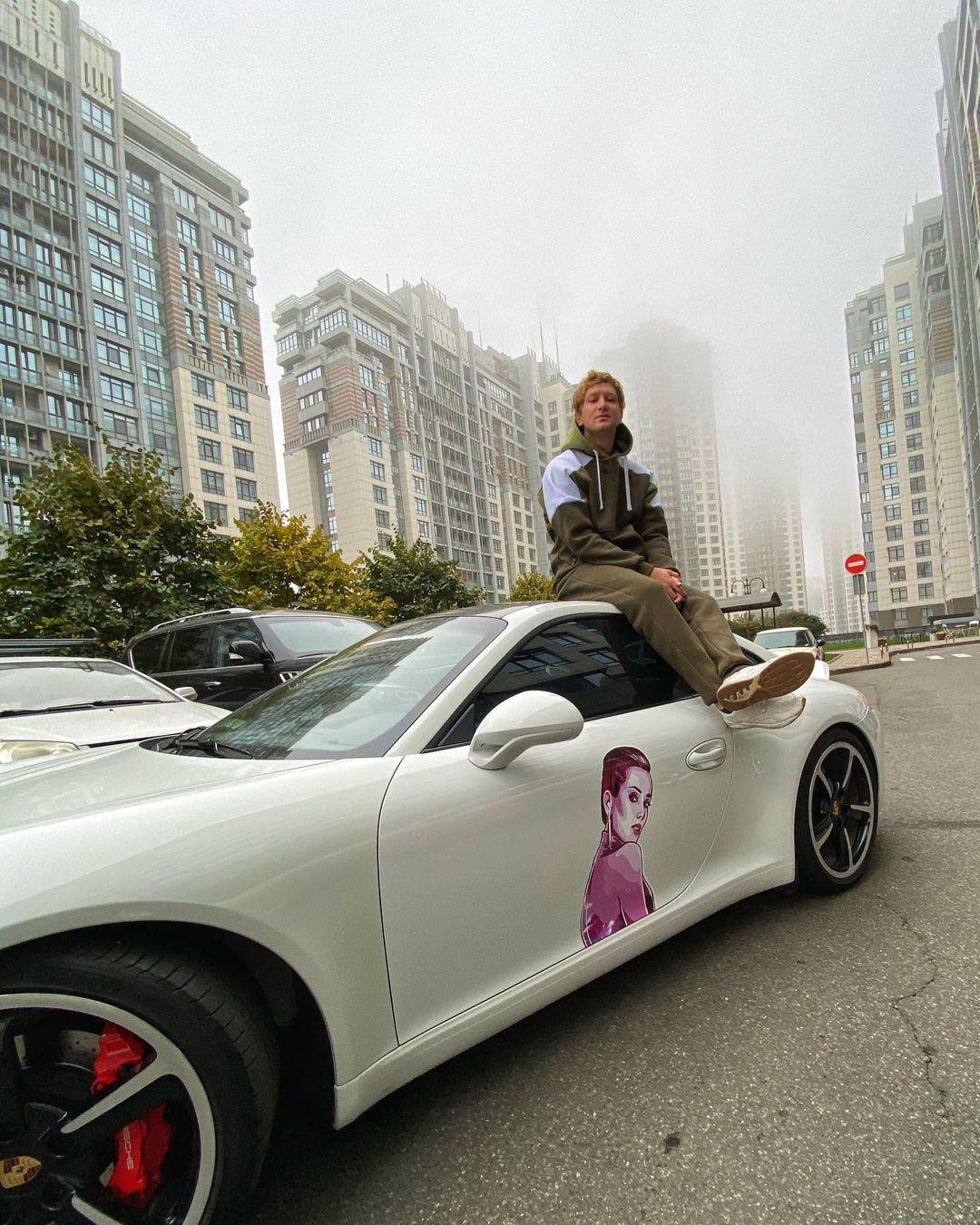 Влюбленный в Холостяка телеведущий расписал свою машину своим портретом