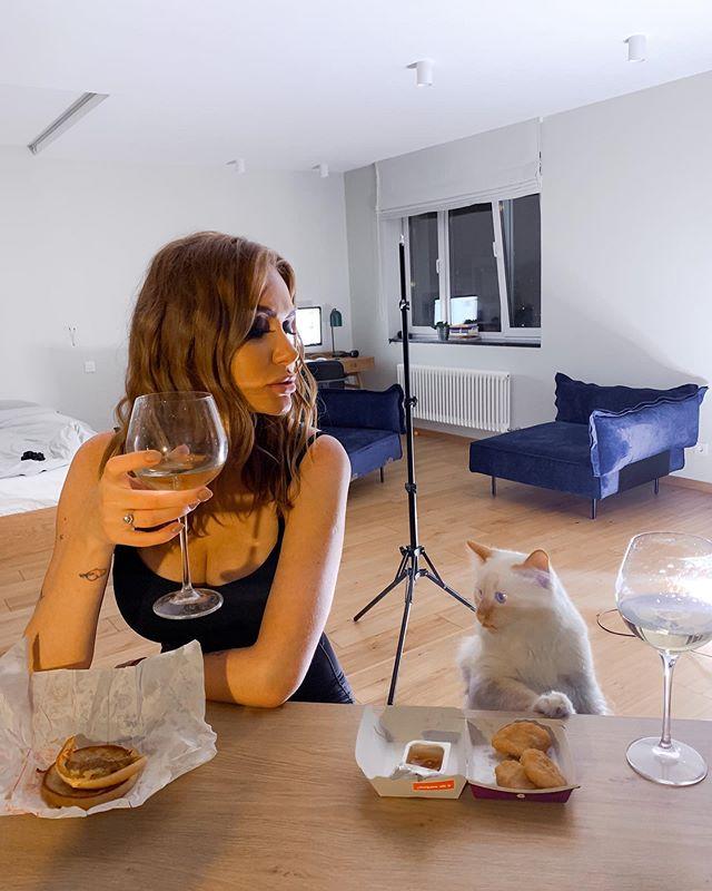 Слава из Неангелова показал романтический ужин с любимой: хорошо выглядишь