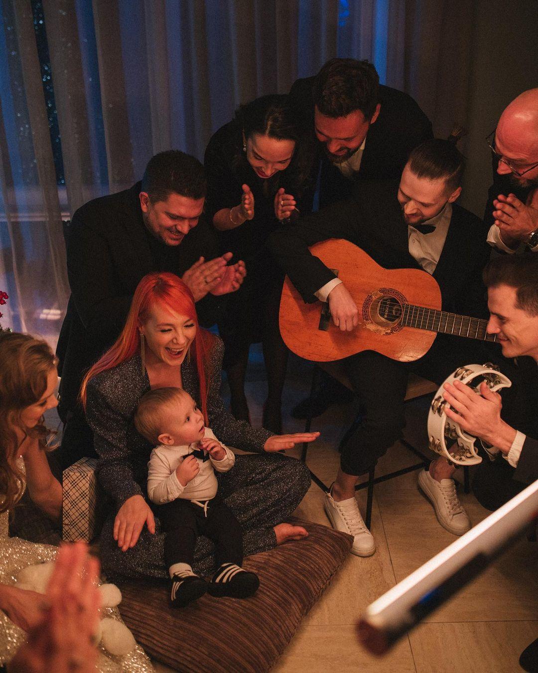 Счастливая семья: Светлана Тарабарова порадовала поклонников новогодними фотографиями с мужем и детьми