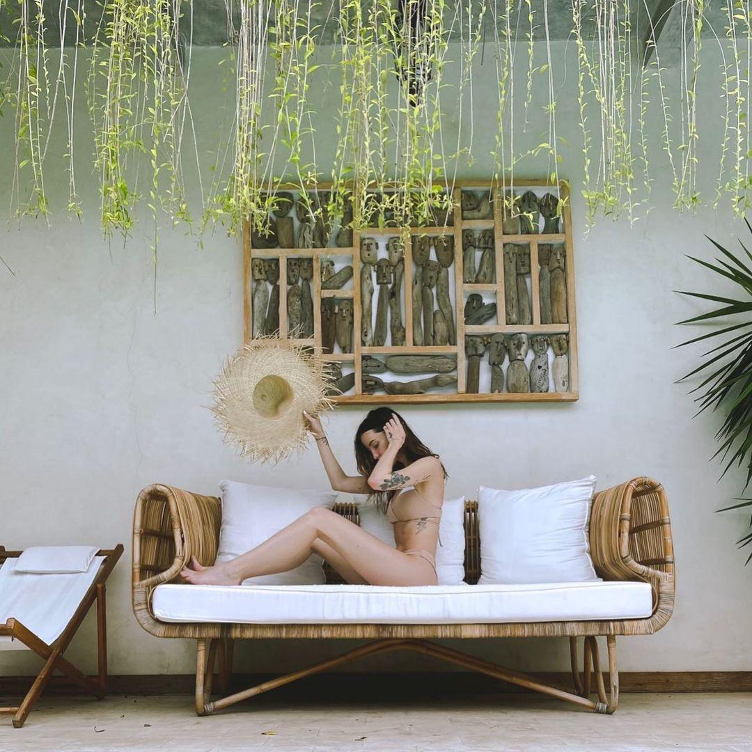 Идеальная фигура: Надя Дорофеева в откровенном купальнике позирует в пикантной позе