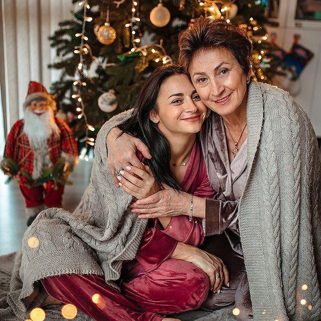 Илона Гвоздева очаровала семьей три поколения Рождества: глаза радуются