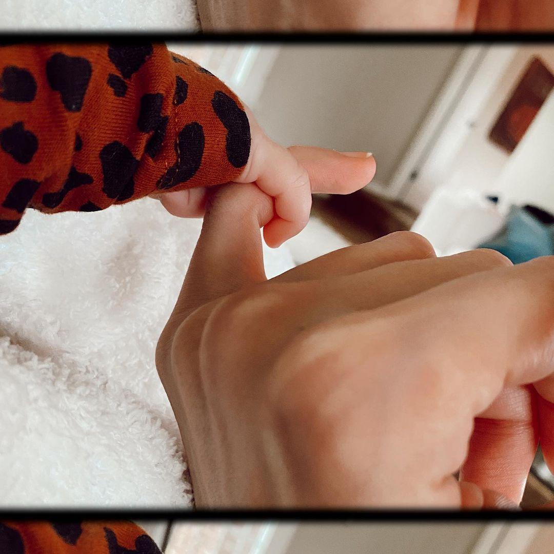 Слишком мило: Джиджи Хадид тронула редкое фото своей 3-месячной дочери в модном наряде