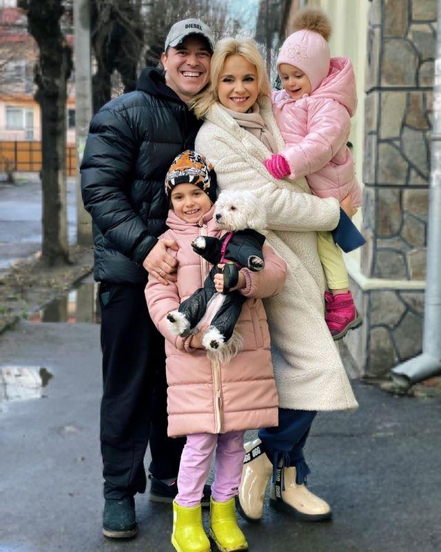 На душе спокойно и комфортно: Лилия Ребрик с мужем и дочерьми согреваются абсолютным счастьем.