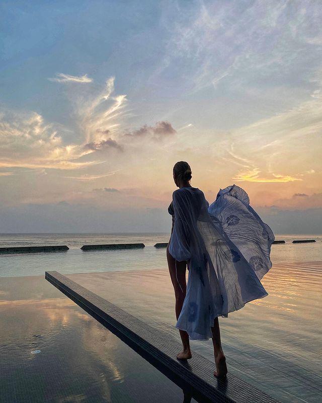 Богиня Мальдив: Никитюк в прозрачном халате подразнила волнительными формами на фоне заката