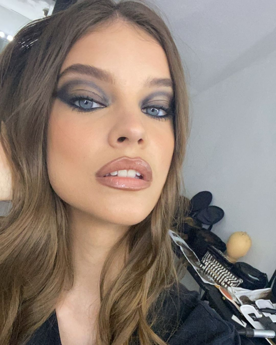 Женщина-вамп: Барбара Палвин показала, как сделать вечерний макияж  на выход