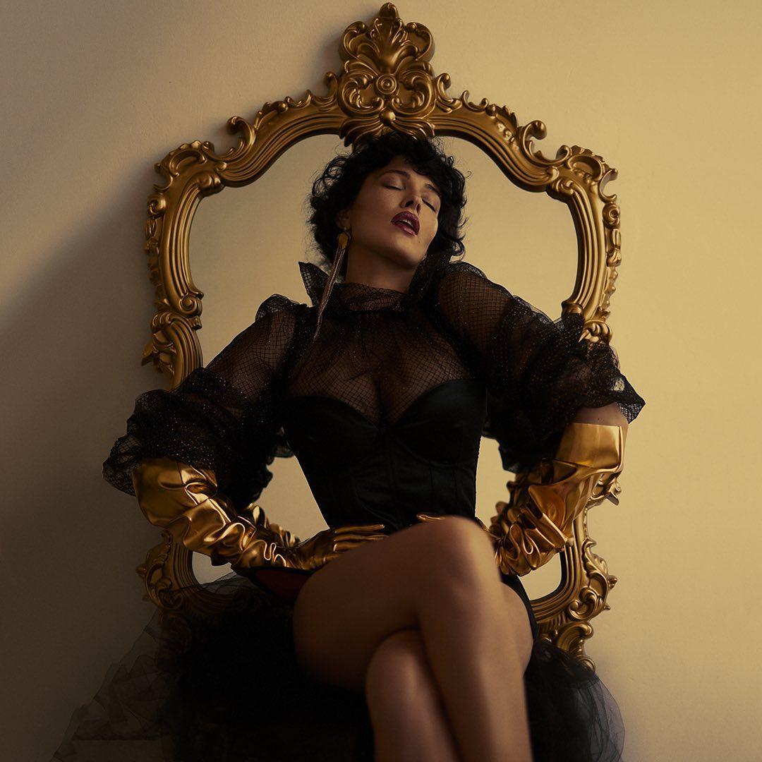 """""""Шалена імператриця"""": томна Астаф'єва в корсетній сукні влаштувала пристрасний фотосет"""