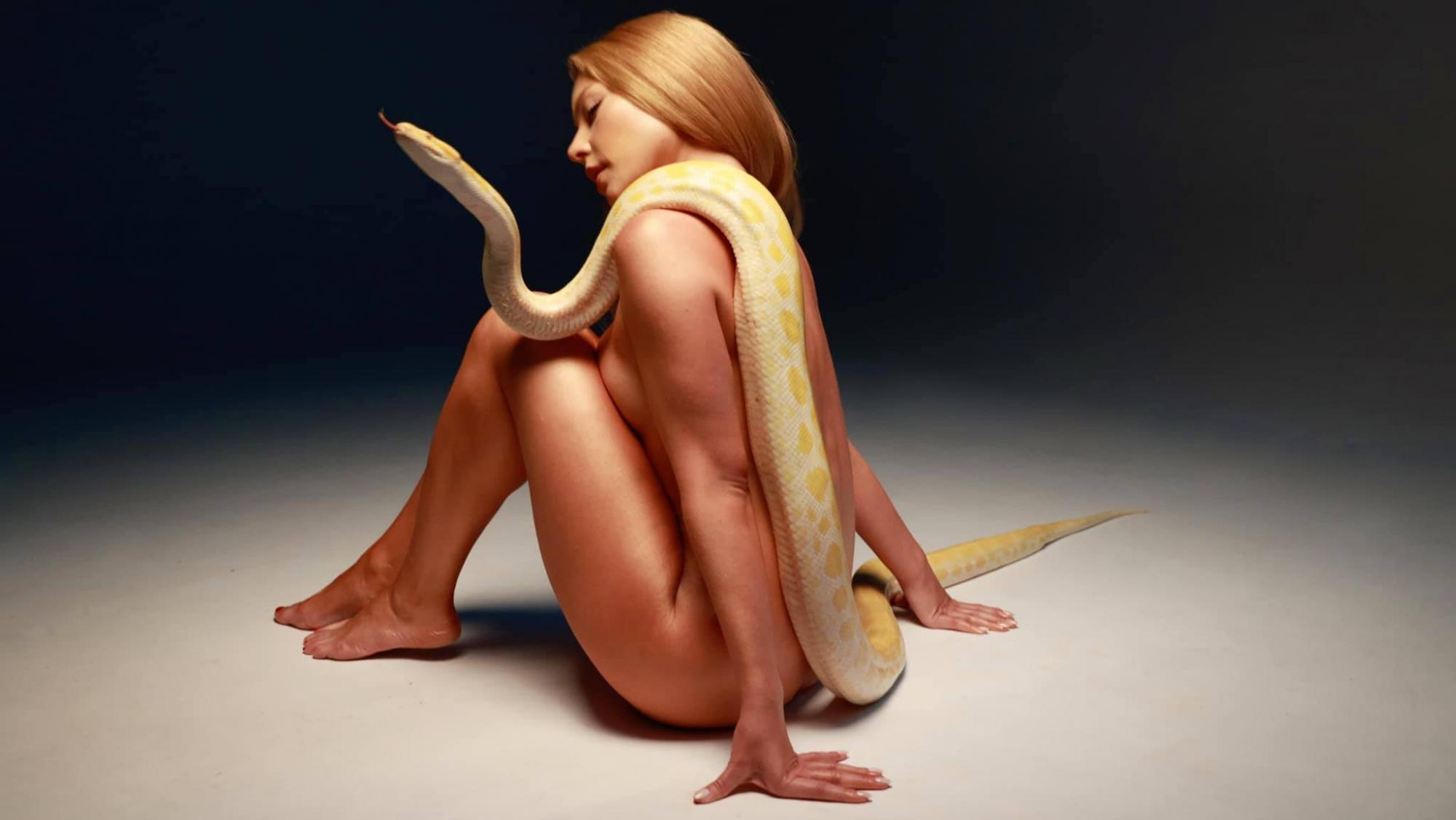 """Ева и змея: полностью обнаженная Кароль """"пригрела"""" на груди питона"""