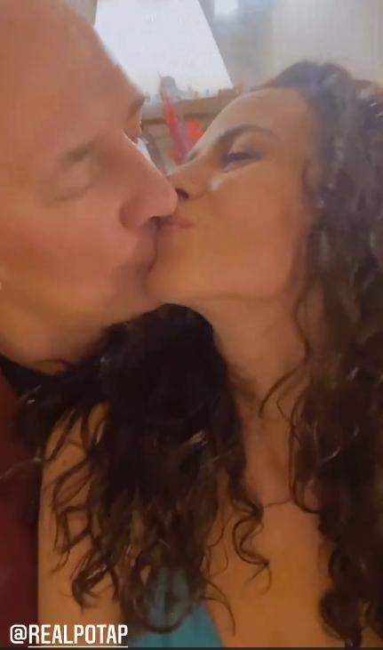 Новогодний поцелуй: Потап и Каменских в пикантном платье проявили нежность в особенный вечер
