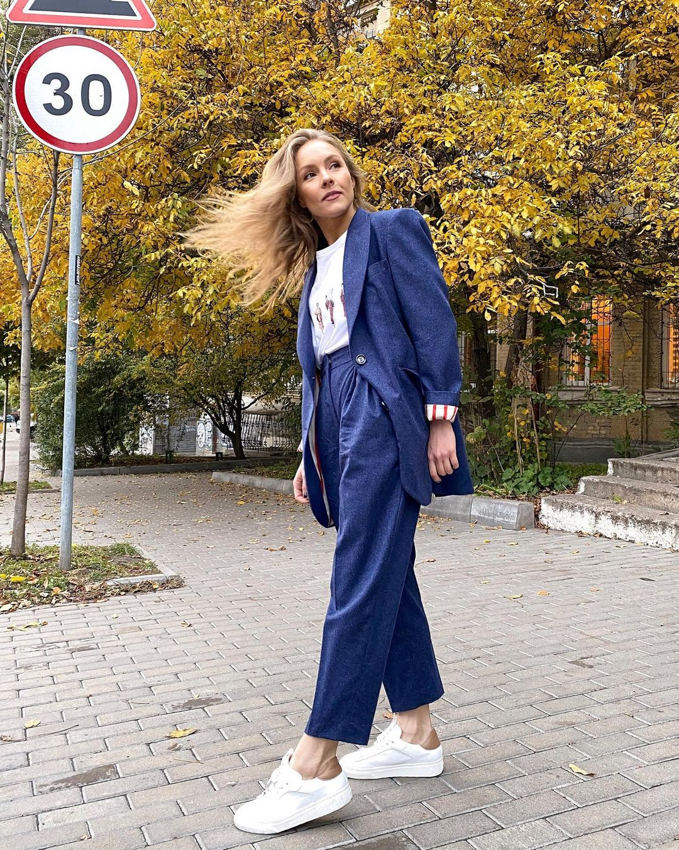 В восторге: Алена Шоптенко показала, как носить самый модный костюм этой осенью