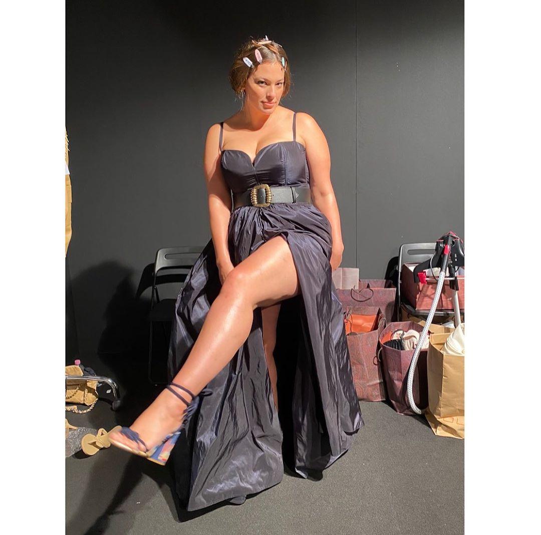 В духе Софи Лорен: Эшли Грэм восхитила роскошной фигурой в откровенном наряде