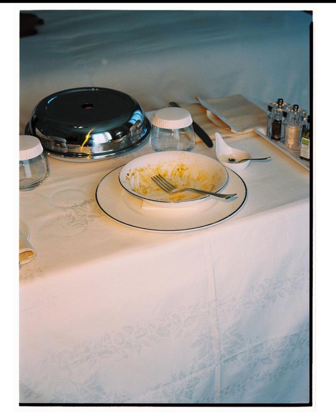 Целлюлит - не помеха красоте: Эшли Грэм в бикини доказала, что выглядит роскошно даже дома