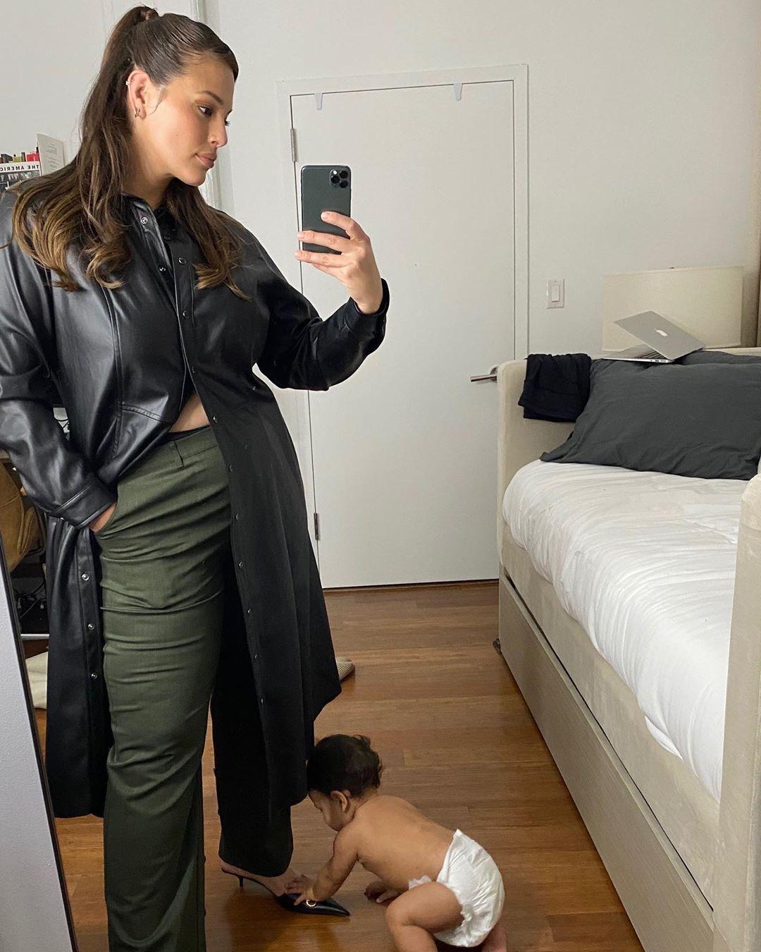 Слишком мило: Эшли Грэм усеяла сеть забавными фото с 8-месячным сыном