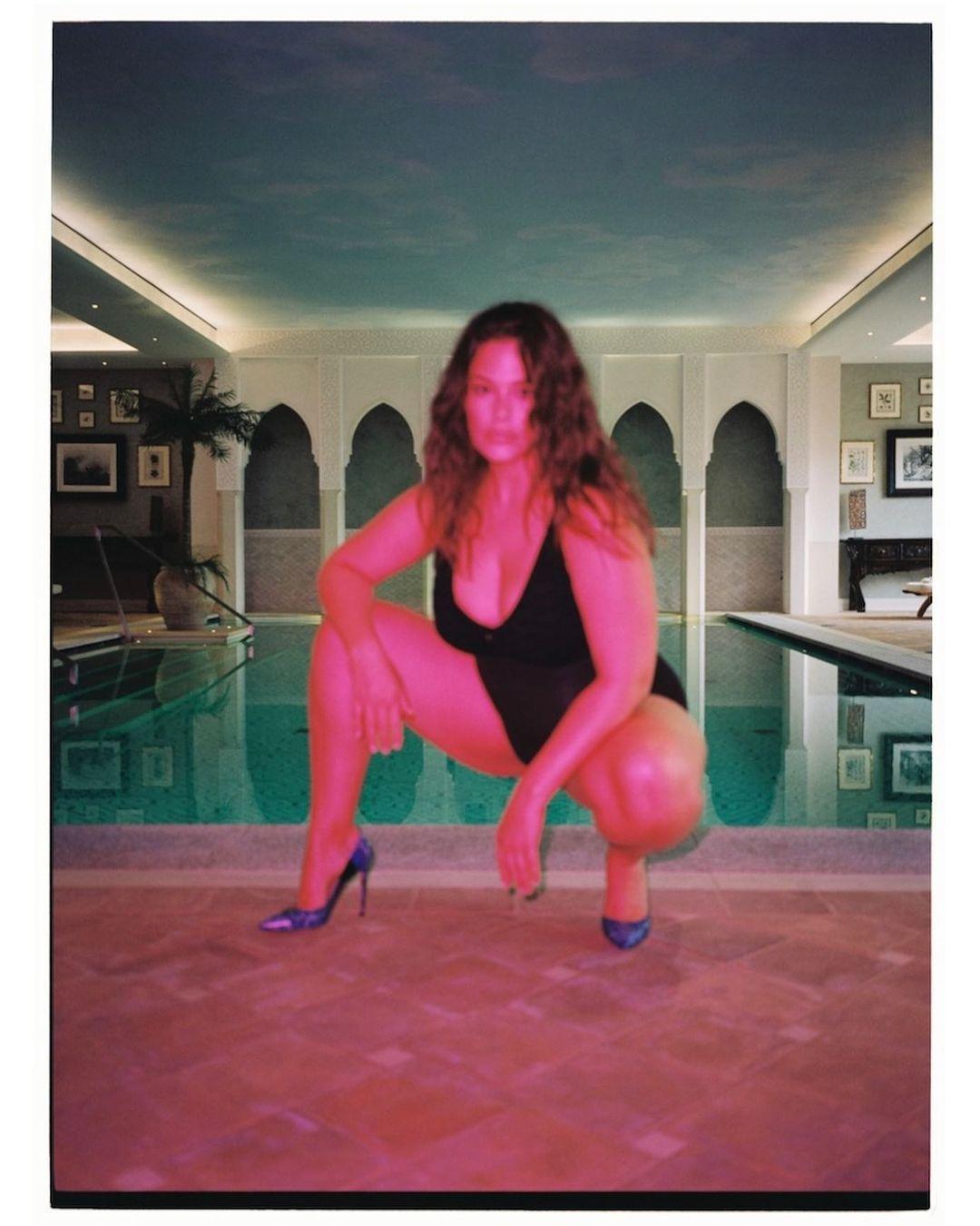 Фотошоп бессмысленен: Эшли Грэм показала растяжки и целлюлит на горячих фото в бассейне