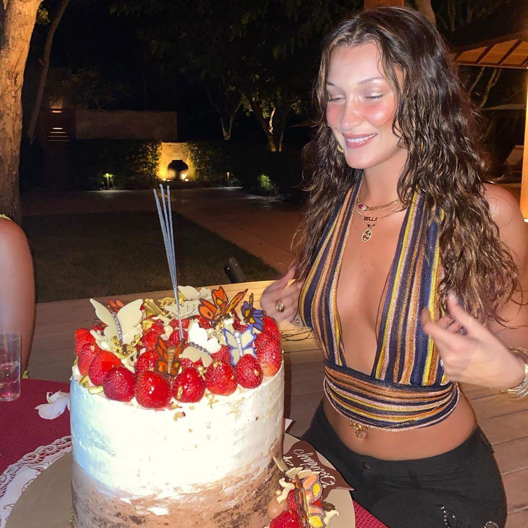 Полуобнаженная Белла Хадид продемонстрировала роскошный бюст и упругую попку в крошечном бикини