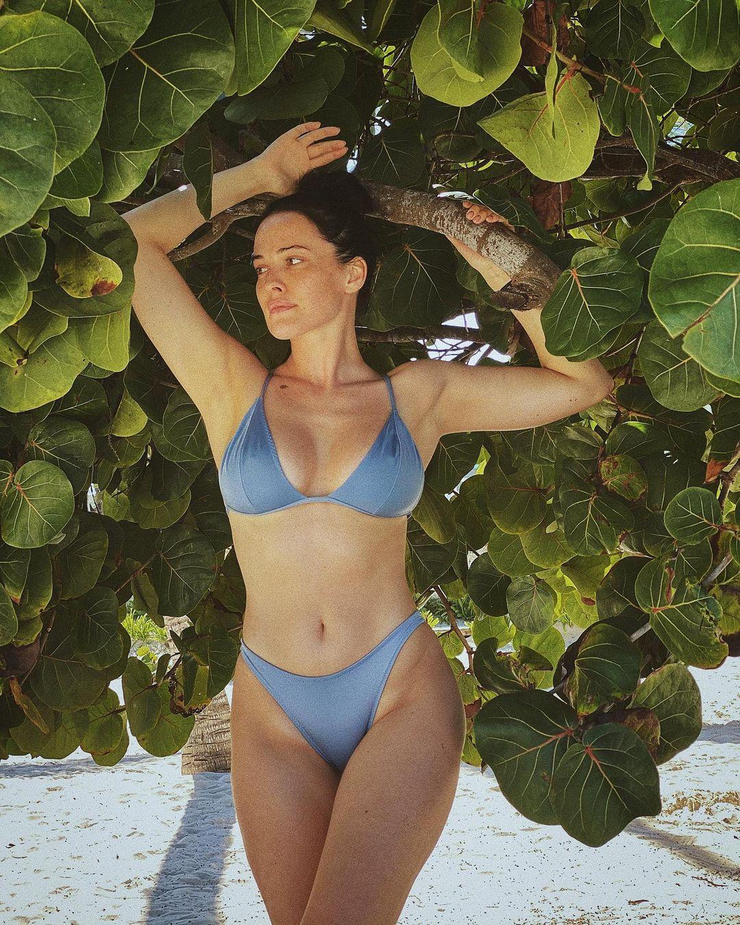 Даша Астафьева похвасталась великолепной фигурой на сочных фото отдыхающих