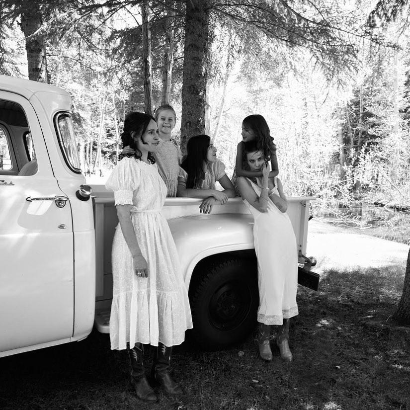 Люблю их особую связь: Деми Мур покорила общим фото всех дочек Брюса Уиллиса от двух браков