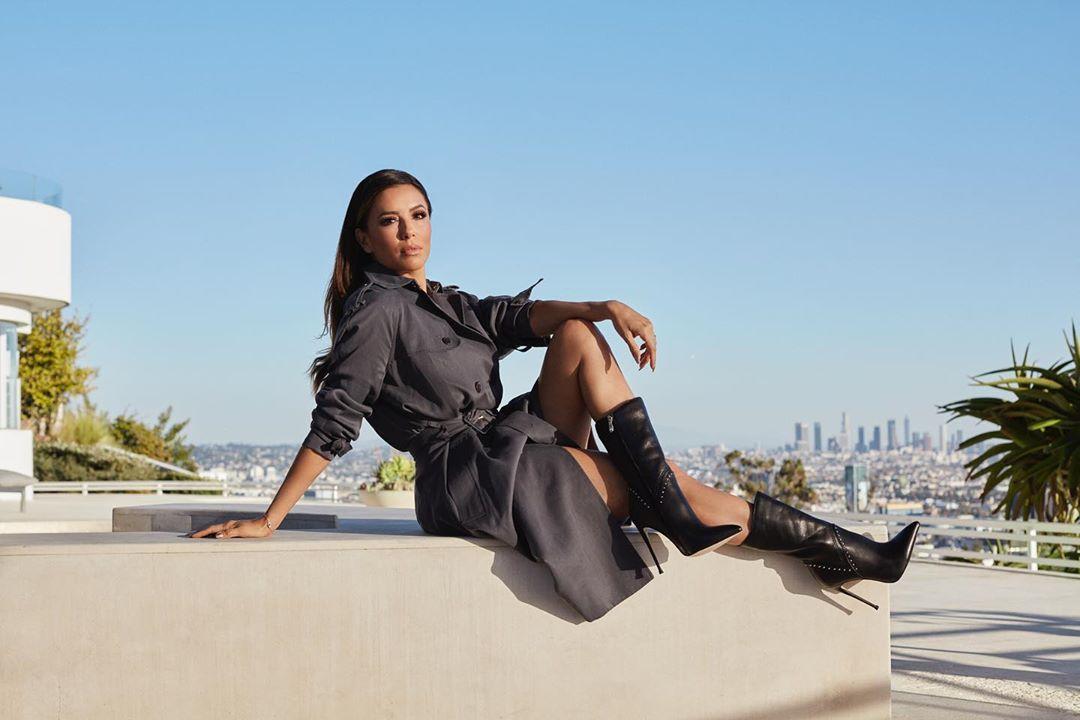45-летняя Ева Лонгория в трендовом осеннем образе восхитила стройной фигурой и бесконечными ногами