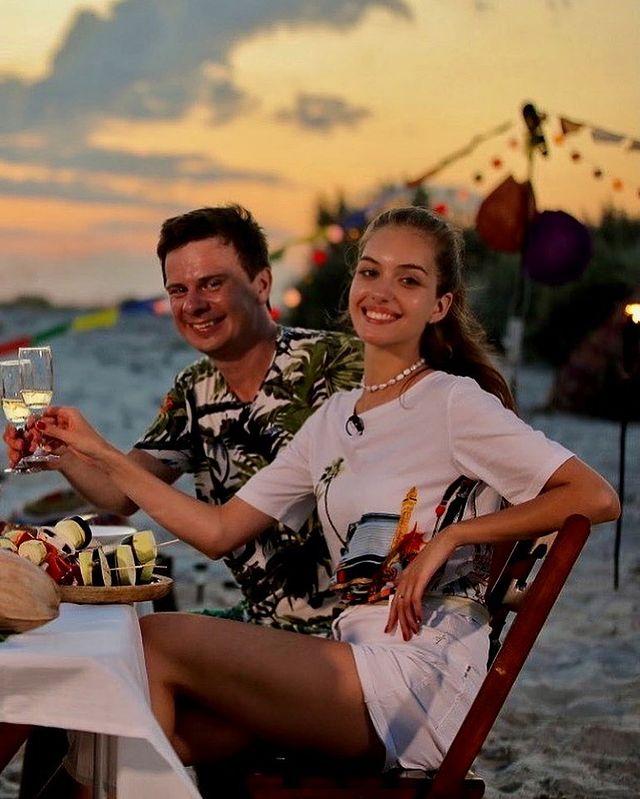 """Рай на берегу: Дмитрий Комаров с красавицей-женой устроили романтику на """"украинских Мальдивах"""""""