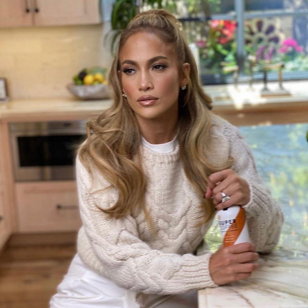 Ей 51? Дженнифер Лопес в элегантном белом наряде потрясла цветочным обликом