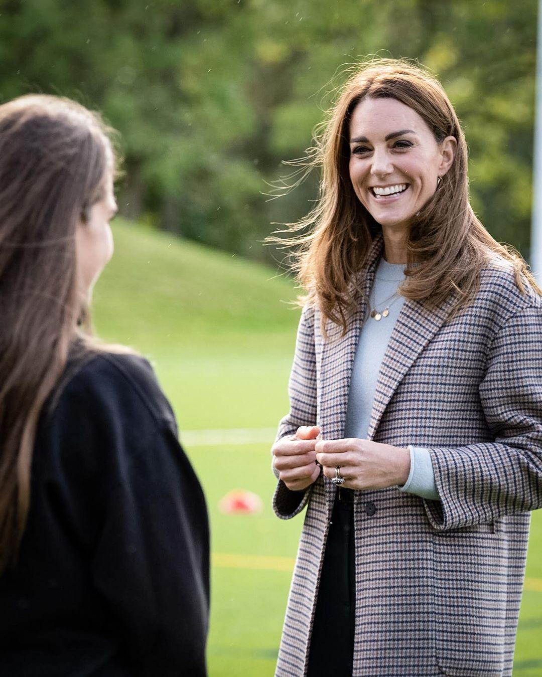 Клетчатое пальто и кашемировый свитер: Кейт Миддлтон показывает, как носить модную одежду этой осенью