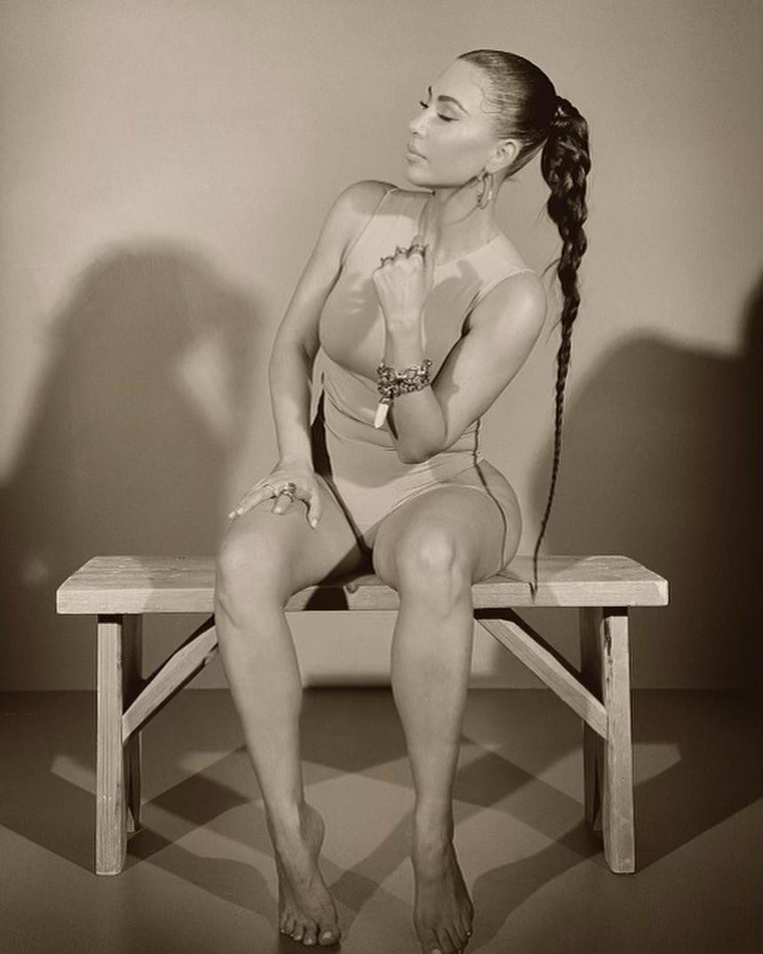 Она идеальна: заметно похудевшая Ким Кардашьян предстала полуобнаженной для знаменитого блеска для губ