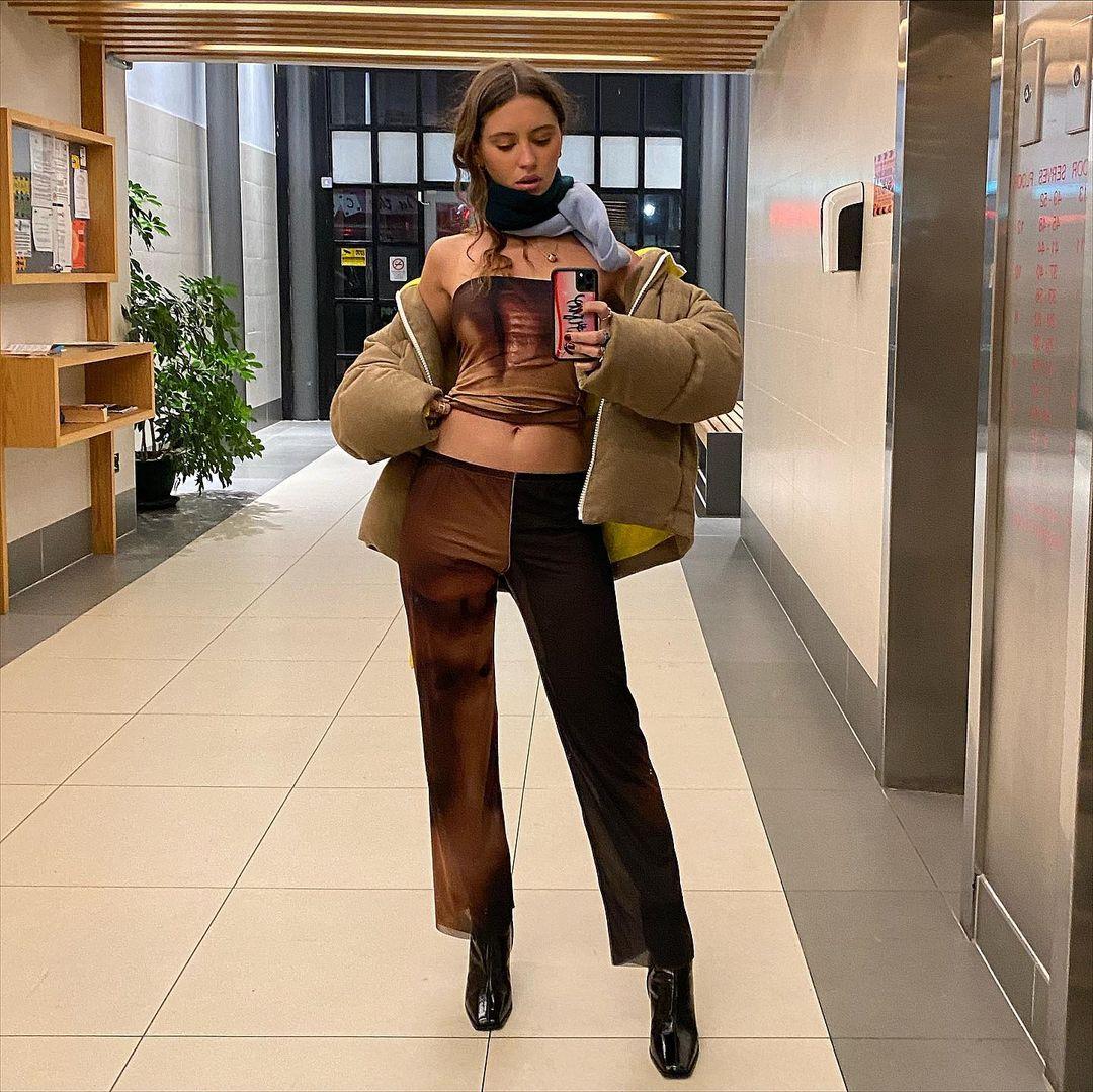 В укороченном топе и пуховике: девушка Джуда Лоу продемонстрировала на прогулке идеальную фигуру