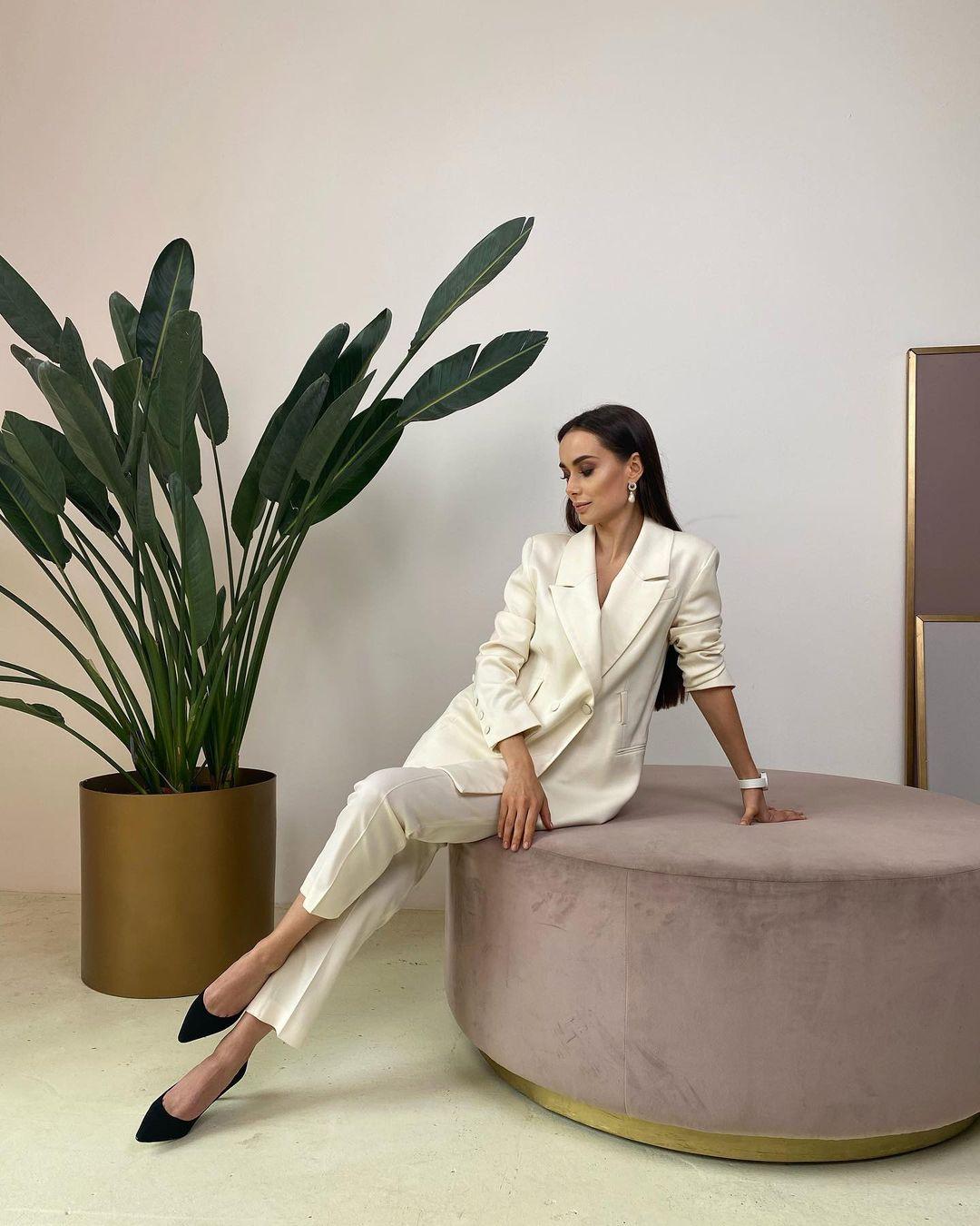 Самая красивая холостячка: Ксения Мишина демонстрирует стройные ножки в стильном костюме