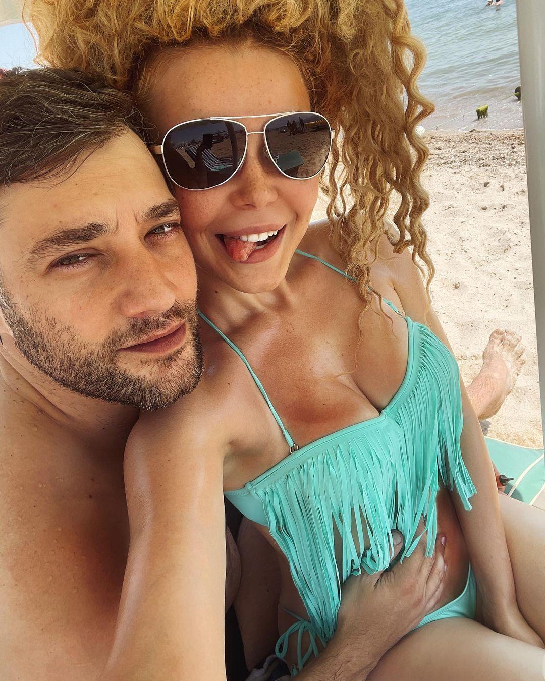 """Игривая Гросу в бикини заворжила пляжной романтикой с любимым: """"крутые и шикарные"""""""