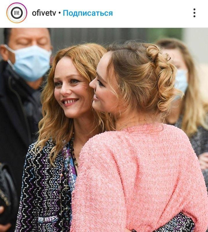 Как друзья: 47-летняя Ванесса Паради и 21-летняя Лили-Роуз Депп покорили Париж стильной внешностью