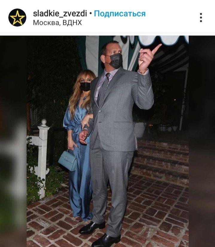 Идеально: 51-летняя Дженнифер Лопес в восторге от роскошного тела в шелковом костюме.
