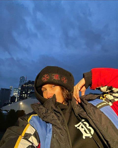 Многослойный и светящийся принт: Белла Хадид демонстрирует элегантный образ для холодной погоды