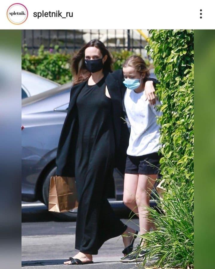 Платье-майка и объемный жакет: Анджелина Джоли в образе total black отправилась на шопинг