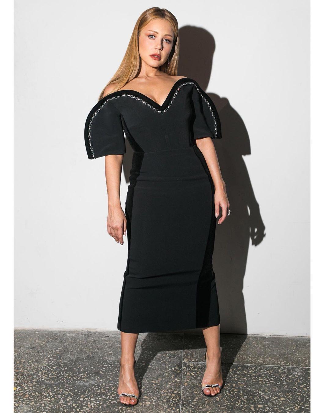 Шикарно до невозможности: Тина Кароль демонстрирует откровенные декольте в обтягивающем черном платье