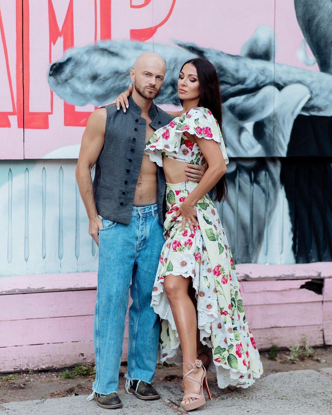Идеальная пара: Влад Яма показал жаркое фото со стройной полуобнаженной женой