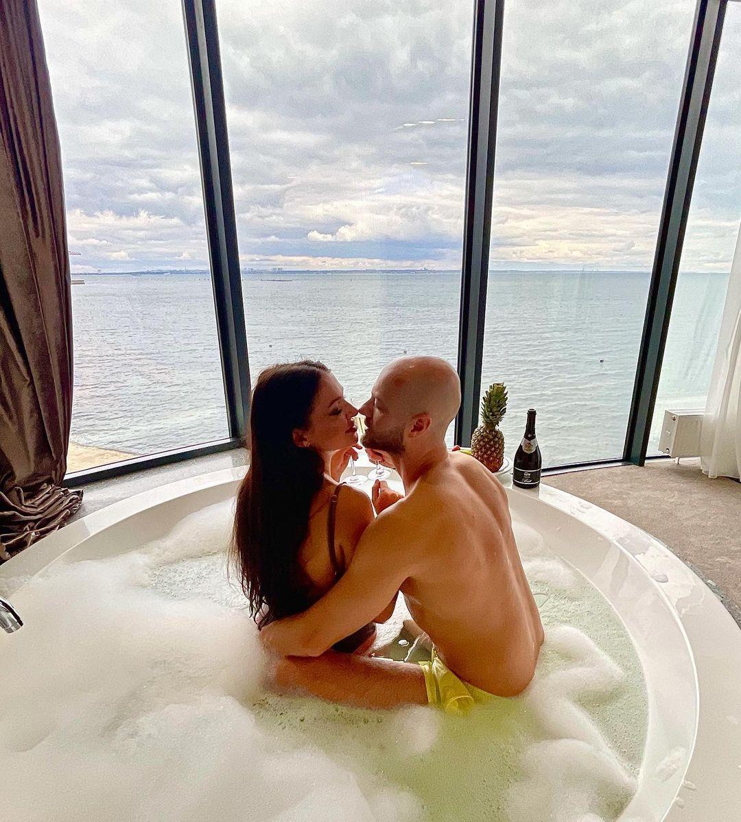 Космічно красиві: Влад Яма з дружиною показали романтику в джакузі