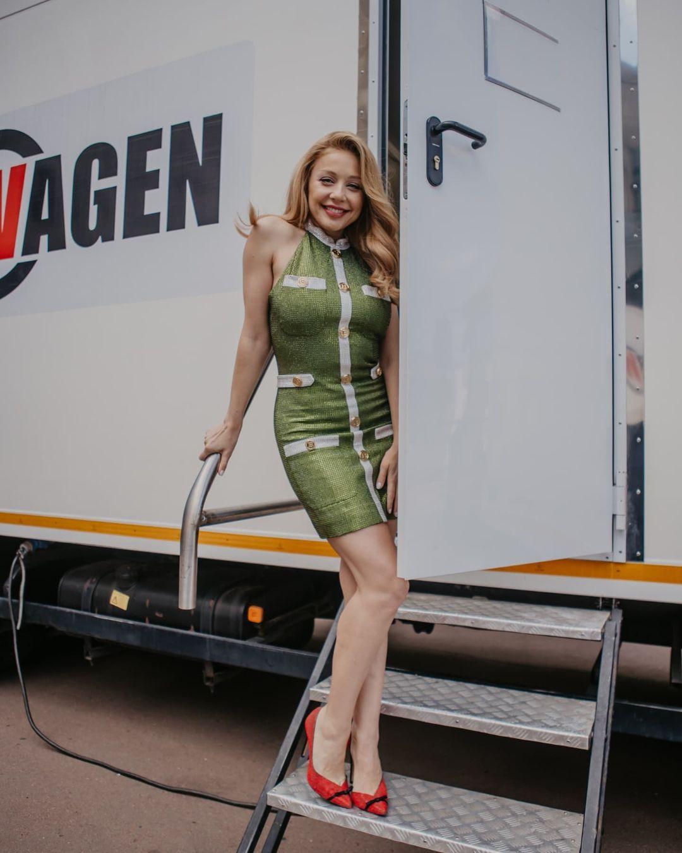 Сильно красива: Тіна Кароль вразила формами в облягаючій міні-сукні