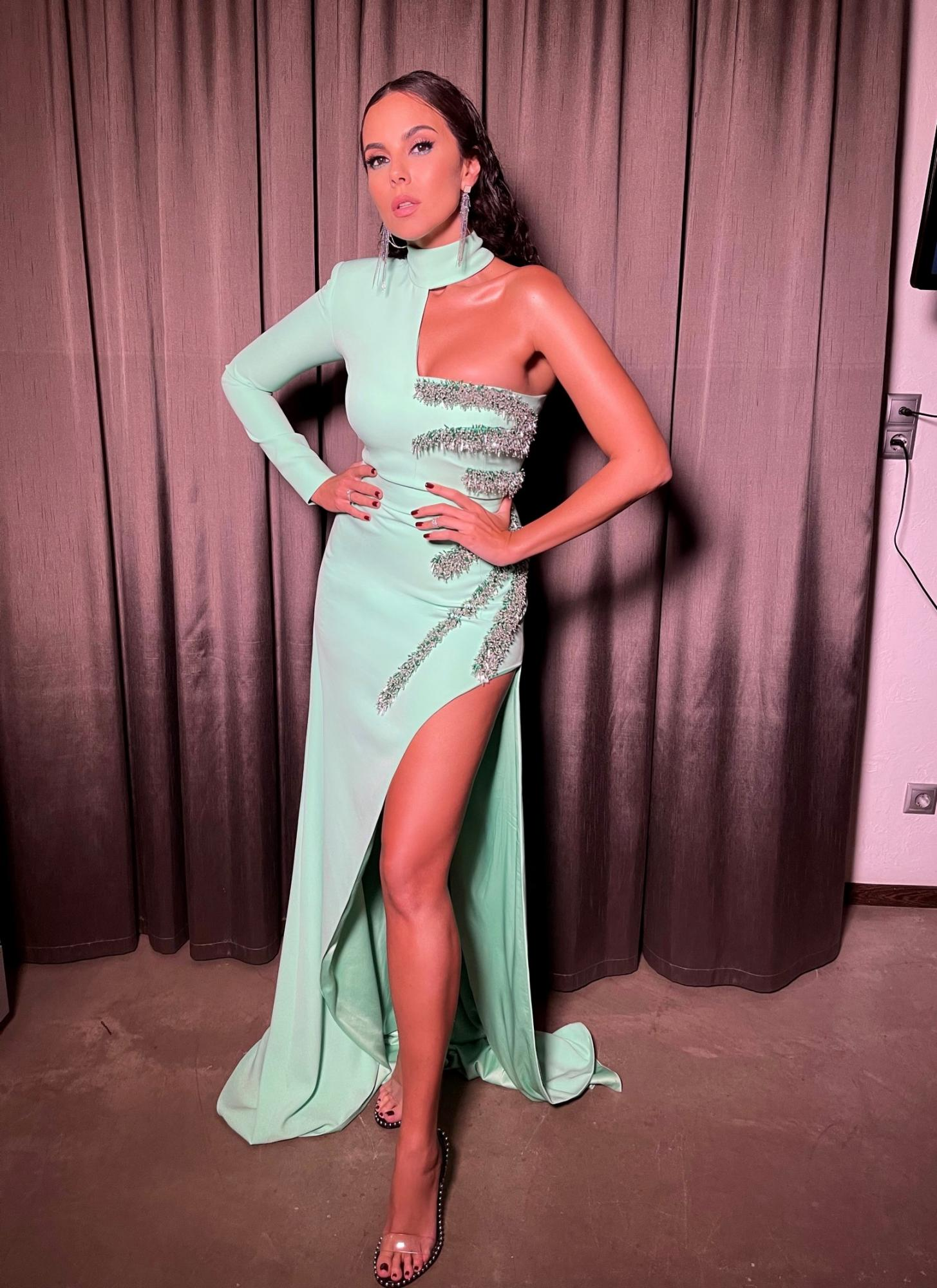 Настя Каменських вразила розкішною фігурою в сукні наймоднішого відтінку цього сезону