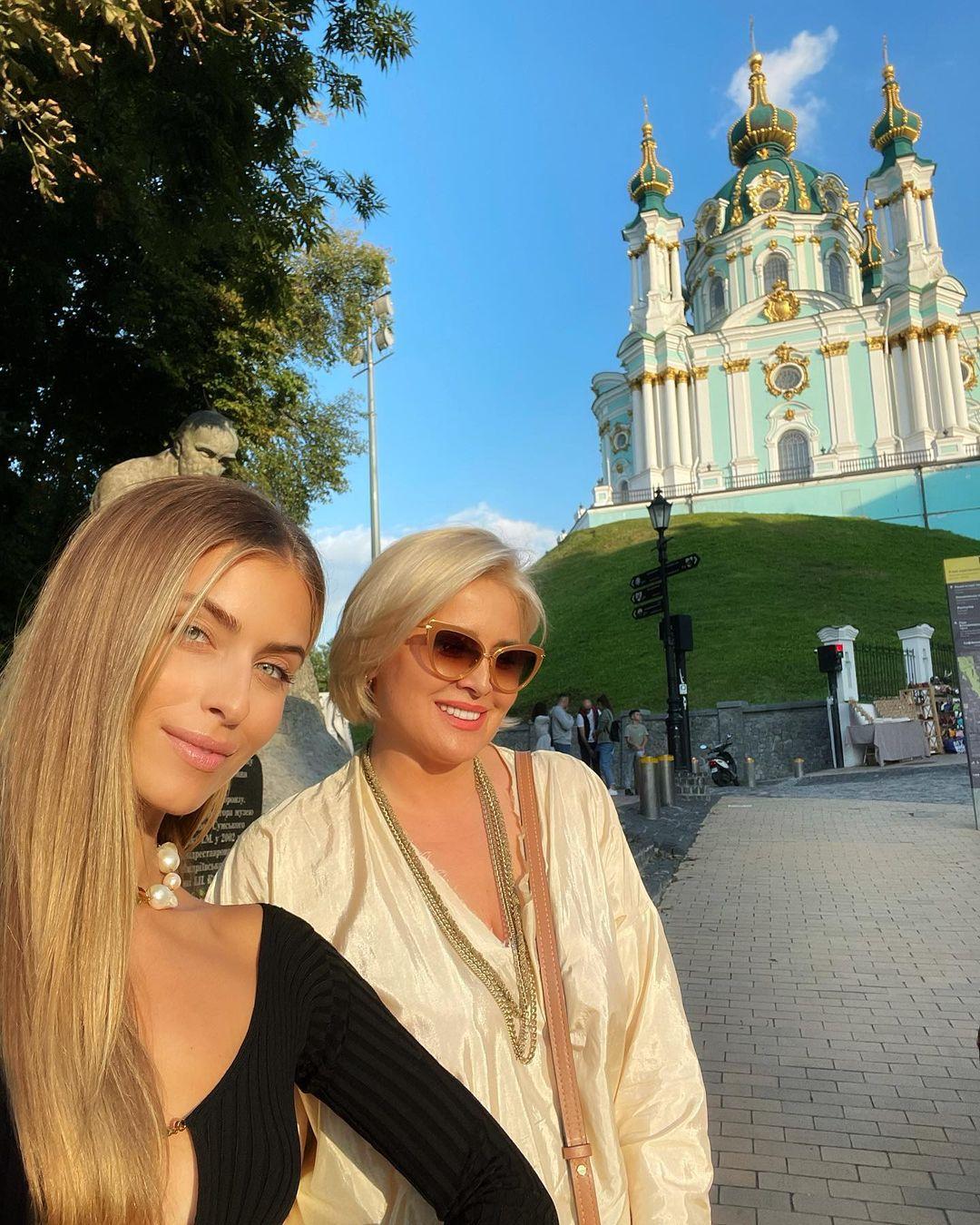 Внучка Ротару без білизни в пікантному топі засвітилася в центрі Києва