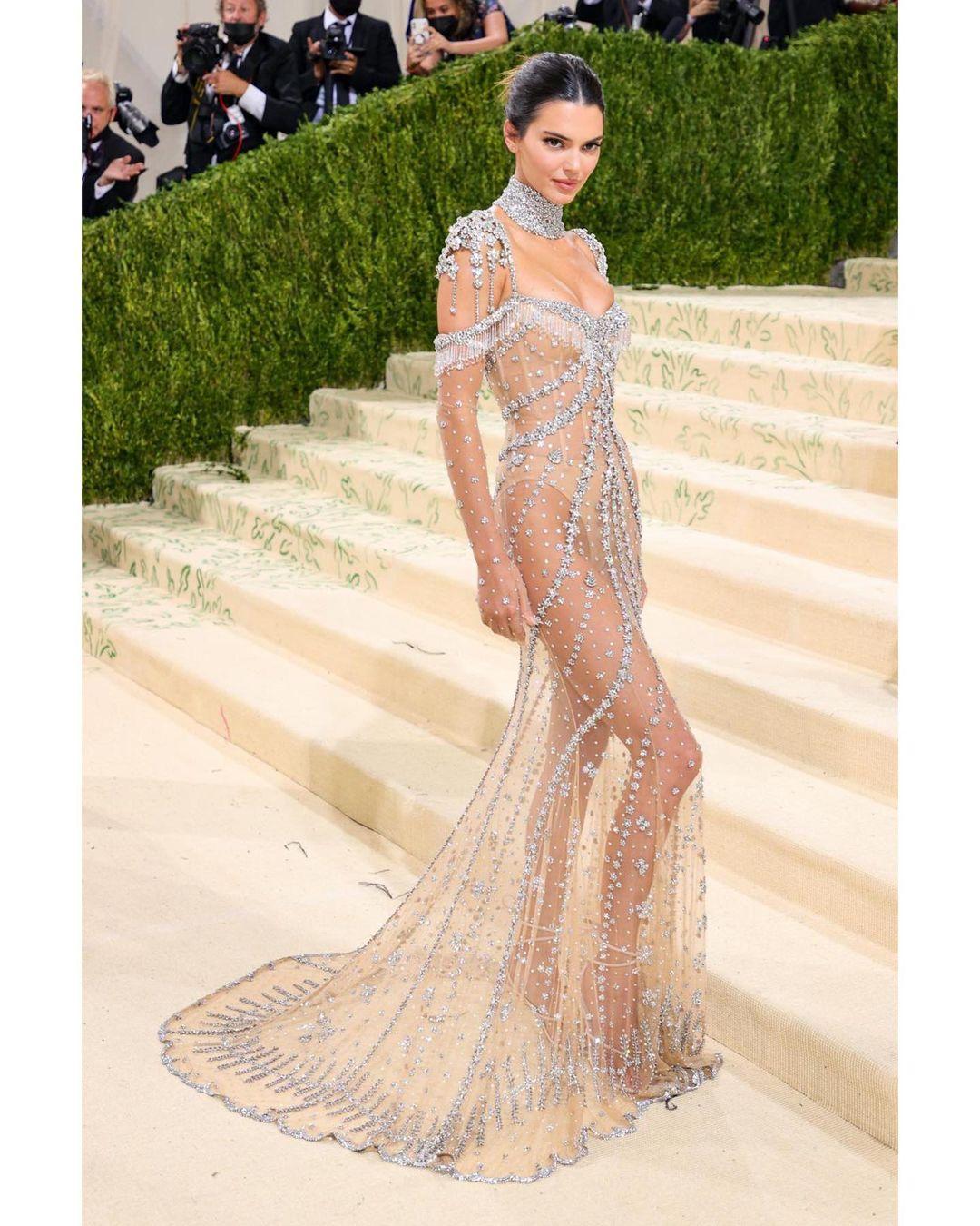 """Ідеал: Кендалл Дженнер в """"голій"""" сукні від Givenchy захопила розкішною фігурою"""