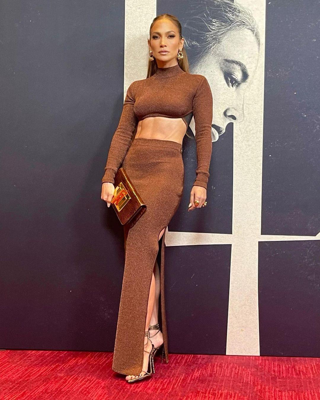 Новый черный: Дженнифер Лопес демонстрирует, как носить самый модный цвет осени 2021