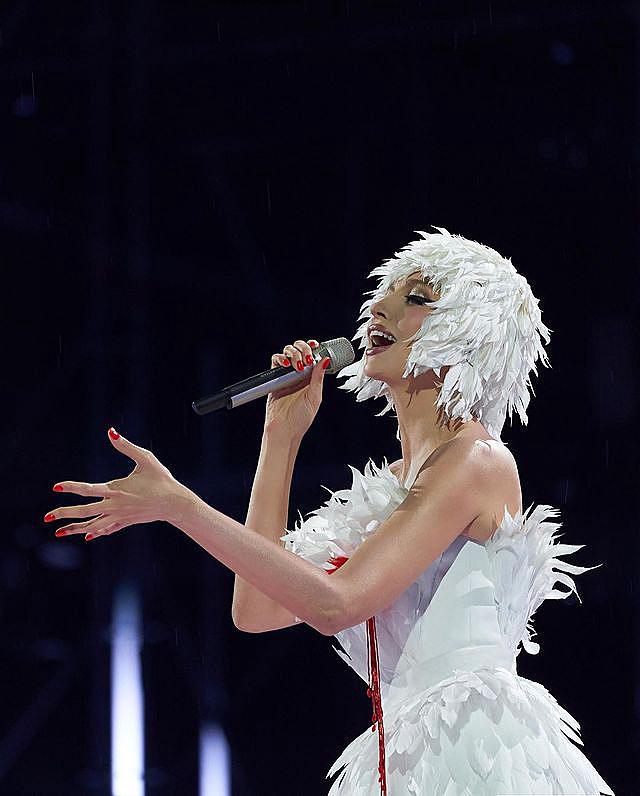 Семьдесят метров перьев и ручная работа: Полякова в образе белого лебедя впечатлила поклонников
