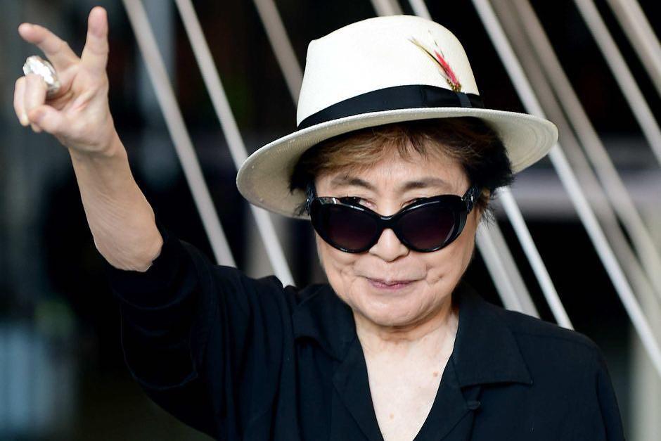 Вот так сейчас выглядит Йоко Оно - жена Джона Леннона, которому сегодня было бы 81